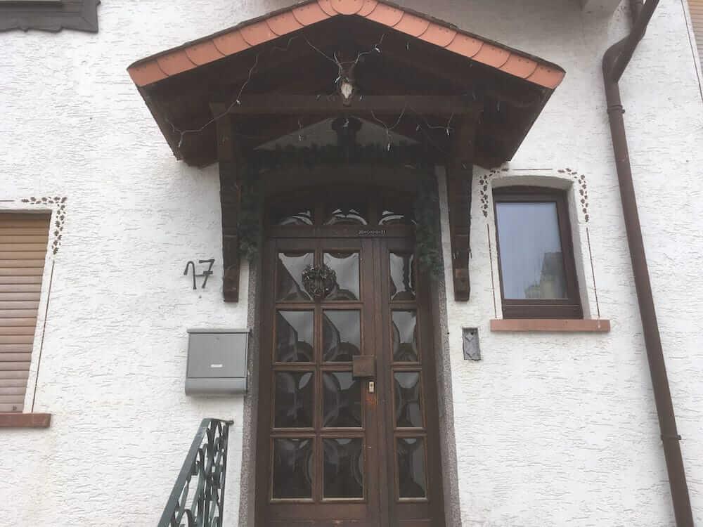 Alte Haustür mit Überdachung